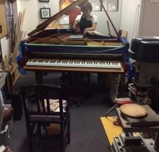 神田川右岸のピアノ工房では…。