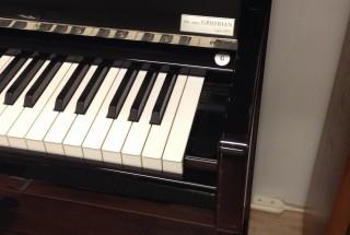 グロトリアン フリードリッヒ 180周年記念プラチナモデル 輸入ピアノ GROTRIAN 展示中