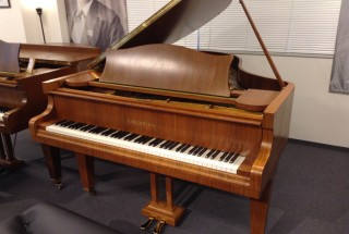 ピアノパッサージュ ベヒシュタイン Mod.M-180 ウォルナット 1974年製 輸入ピアノ BECHSTEIN 展示中