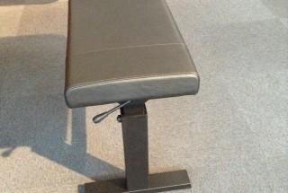 主流となりつつあるガス式無段階高低ピアノ椅子。