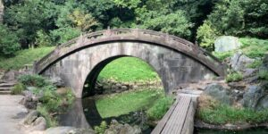 小石川後楽園は一周20分くらいだけど、石畳のダンヒルが多く結構いい運動になります。